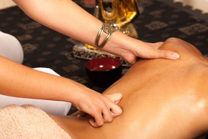 masaje-de-cervicales-con-aceite-esencial-ylang-ylang-14030415295052